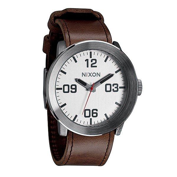 Часы Nixon Corporal Silver/BrownПусть Ваш ритм жизни будет полностью совпадать с ритмом окружающего Вас мира при помощи этих невероятно стильных часов от Nixon. Попробуйте и Вам это понравится.Корпус:Тип: цельный корпус с привинчиваемой крышкой и заводной головкойДиаметр: 48 ммМатериал: нержавеющая стальБезель: фиксированный, скошеный для защиты стеклаЗакаленное минеральное стеклоВодонепроницаемость: 100 мМеханизм:Кварцевый (Япония)Функции: часы, минуты, секундыТочность хода 1/20 секундыБраслет:Кожаный либо тряпочный ремешок с кожаной вставкойШирина: 24 мм, пряжка из нержавеющей стали.<br><br>Тип: Кварцевые часы<br>Возраст: Взрослый<br>Пол: Мужской