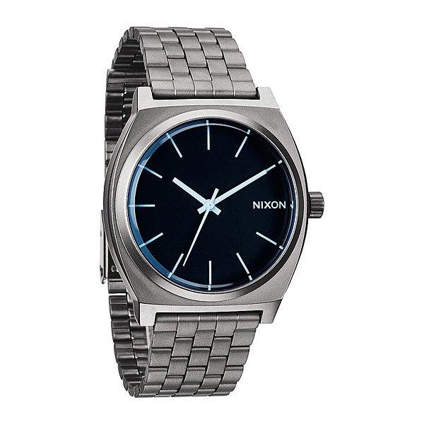 Часы Nixon Time Teller Gunmetal/Blue CrystalСтарший брат столь популярного Time Teller из полиуретана ярких расцветок, как и положено, стилен, солиден, строг и сдержан в цветах. Для тех, кто любит более твердые материалы.Механизм:Японский кварцевый механизм&amp;nbsp;&amp;nbsp;MiyotaФункции: часы, минуты, секундыТочность хода 1/20 секундыКорпус:Ширина 39.25mm,&amp;nbsp;Цельный корпус с привинчиваемой крышкой и заводной головкойНержавеющая сталь,&amp;nbsp;Водонепроницаемость с характеристикой 100 м (10 атмосфер),&amp;nbsp;Усиленное минеральное стекло,&amp;nbsp;Тройное уплотнение заводной головкиРемешок:&amp;nbsp;Материал: нержавеющая сталь,&amp;nbsp;Застежка с раскладывающейся пряжкой.<br><br>Тип: Кварцевые часы<br>Возраст: Взрослый<br>Пол: Мужской