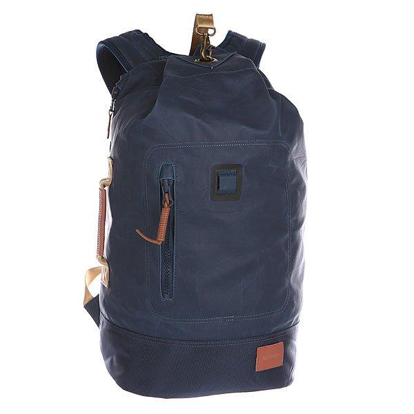 Рюкзак городской Nixon Origami Backpack Midnight NavyРюкзак Origami выполнен в виде армейского – вместительный и функциональный, он сшит из прочного брезентового холста и вместо традиционных молний стягивается сверху на шнурок. Такой рюкзак не только прочный и удобный, но и стильный олдскульный вариант. Характеристики:  Большое основное отделение.  Боковая кожаная ручка для переноски. Завязка с металлической защелкой.Мягкие регулируемые лямки с сетчатыми вставками и стяжка для закрепления лямок на груди. Защитная уплотненная задняя панель.  Несколько внутренних карманов для мелочей и аксессуаров.  Лицевой карман-органайзер на молнии.<br><br>Цвет: синий<br>Тип: Рюкзак городской<br>Возраст: Взрослый