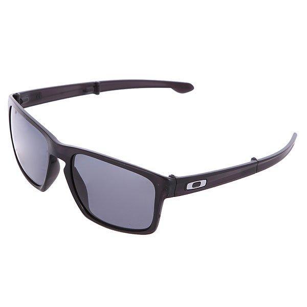 Очки Sliver F Matte Black/Grey OakleyИдеальный силуэт и классическая форма - очки премиум класса Oakley Silver не только добавят стиля Вашему луку, но и защитят от ультрафиолетовых лучей благодаря линзам, выполненным из традиционного для Oakley материалаPlutonite, фильтрующего 100% ультрафиолетовых лучей. А легкая оправа из прочного полимераNanOmatter прослужит Вам не один сезон. Характеристики:Эргономичная форма Three-Point Fit не позволяет очкам давить или соскальзывать с лица, держит линзы в правильном оптическом положении. Линзы изготовлены из традиционного для Oakley материалаPlutonite с УФ-фильтрацией 100%.Материал оправы: прочный и легкий полимерNanOmatter. Логотип на дужках. Салфетка из микрофибрыдля протирки в комплекте. Прочный алюминиевый чехол в комплекте.<br><br>Цвет: черный<br>Тип: Очки<br>Возраст: Взрослый<br>Пол: Мужской