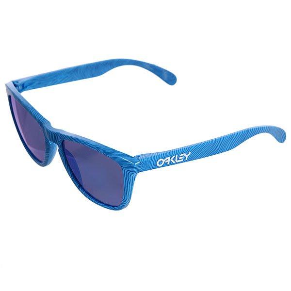 Очки Oakley Frogskin Sky Blue/Sapphire IridiumЭти очки, несомненно, пользуются популярностью в тусовке благодаря тому, что они одновременно модные, забавные и… их очень мало. Компания Oakley не ограничивается выпуском новой коллекции раз в полгода, а делает это… каждый месяц! Модель Frogskins увидела свет в далеком 1986 году, в эпоху расцвета культуры диско, диких и необузданных нарядов, украшений и макияжа. На этот же период пришелся расцвет серфа и скейта в США. Эти очки носил легендарный Том Кэрролл, и таким образом, Frogskins быстро завоевали почетное место среди ярких символов той эпохи. Это было особое, важное и в своем роде переломное время: Маргарет Тэтчер была премьер министром, на экраны вышел фильм «Терминатор», ото всюду слышались композиции Run-D.M.C. А вместе с ними и эта модель Oakley постепенно стала символической. Характеристики:Прочная и легкая оправаO Matter®.Надежная посадка. Линзы Plutonite® обеспечивают полную защиту отUVA / UVB / UVC излучений. Снижение бликов и повышенная защита от ультрафиолетовых лучей благодаря технологии HDPolarized™ и специальному покрытию линз Iridium®.<br><br>Цвет: голубой<br>Тип: Очки<br>Возраст: Взрослый<br>Пол: Мужской
