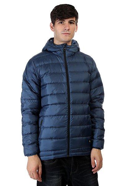 Пуховик Quiksilver Lian Down Dark DenimМужская куртка Quiksilver из зимней коллекции одежды.Характеристики:Верх из полиэстера. Внутренняя подкладка из тафты. Застежка – молния. Утепление – 90% пух, 10% перо (осень/зима). Два прорезных кармана для рук. Фасон – стандартный (regular fit).<br><br>Цвет: синий<br>Тип: Пуховик<br>Возраст: Взрослый<br>Пол: Мужской