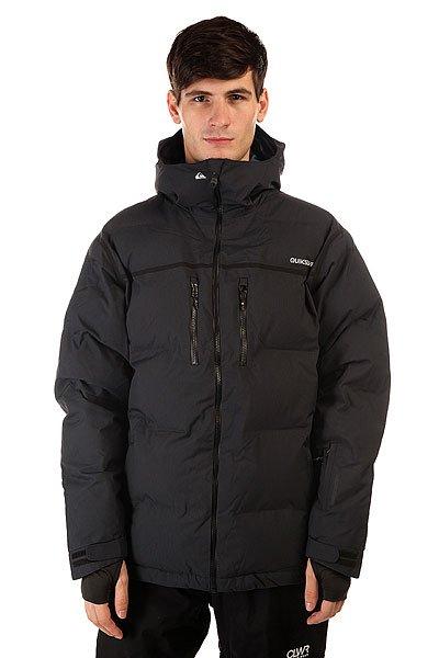 Куртка Quiksilver Tr Pillow Jkt BlackКуртка Quiksilver Tr Pillow, в которой уровень тепла сравним с пуховиком, но без лишнего объема. Это стало возможным благодаря эффективному утеплителю 3M™ Thinsulate™ Lite Loft. Дышащий, но очень надежный утеплитель для самых суровых погодных условий.                                                                                                                                       Технические характеристики: Утеплитель - 3M™ Thinsulate™ FEATHERLESS 300 г.Подкладка - влаговыводящая тафта с принтом.Водонепроницаемая мембрана - Dry Flight 15K(15 000 мм / 15 000 г).Проклеенные швы. Высокий воротник стойка.Фиксированный  капюшон с регулировкой.Сеточная вентиляция.Система прикрепления штанов к куртке.Защита подбородка от натирания молнией из микрофибры.Медиакарман.Карман для скипасса.Карман для маски с тканью для протирания фильтра.Фиксированная противоснежная юбка из синтетической тафты с эластичной вставкой из лайкры.Манжеты из лайкры с отверстием для большого пальца.Подол с утяжкой.Нагрудные карманы на водонепроницаемой молнии YKK® Aquaguard® Vislon Metallic.Два боковых кармана для рук на молнии.Застежка - молния.Регулируемые манжеты на рукавах на липучках.Фасон: стандартный (regular fit).<br><br>Цвет: черный<br>Тип: Куртка утепленная<br>Возраст: Взрослый<br>Пол: Мужской