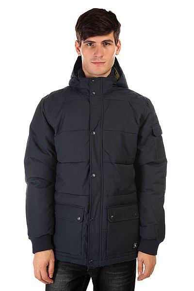 Куртка зимняя DC Arctic 2 Blue IrisСпокойный дизайн, не обремененный лишними деталями, впишется практически в любой гардероб, так что куртка DC Arctic 2 будет отлично сочетаться как с джинсами и кедами, так и с более строгим гардеробом. Внешняя влагостойкая ткань, удобные карманы для рук и съемный капюшон отлично справятся с капризами погоды, защищая Вас от холода, ветра и моросящего дождя, а стеганая подкладка сохранит ценное тепло.<br>Технические характеристики: Утеплитель - пух.Подкладка - полиэстер.Водостойкая пропитка степени 600 мм.Съемный капюшон.Высокий воротник стойка.Два боковых кармана на кнопках.Внутренний карман на липучке.Трикотажные манжеты.Застежка - молния+кнопки.Стеганый дизайн.Фасон: стандартный (regular fit).<br><br>Цвет: синий<br>Тип: Куртка зимняя<br>Возраст: Взрослый<br>Пол: Мужской