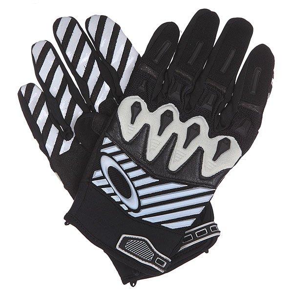 Перчатки Oakley Overload Glove BlackПерчатки Overload для надежной защиты без ущерба комфорту. Ладони покрыты двойным слоем ткани Clarino®, которая берет на себя всю нагрузку, а специальный узор на пальцах создает отличное сцепление с поверхностью. С перчатками Overload Вы получите высокую производительность и защиту!Технические характеристики: Перчатки с высокой степенью защиты.Материал Unobtainium на пальцах и ремешке.Структурированный корпус из сетки.Двойной слой ткани Clarino™ на ладонях.Накладка из ткани Terry для протирания маски.Застежки микро Hook &amp; Loop.<br><br>Цвет: черный,белый<br>Тип: Перчатки<br>Возраст: Взрослый<br>Пол: Мужской