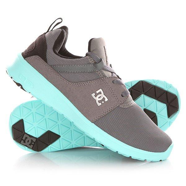 Кроссовки женские DC Heathrow Grey/Black/BlueУниверсальные кроссовки, в которых можно пойти на прогулку или пробежку, или даже отправиться в путешествие. Благодаря амортизирующей стельке OrthoLite, ногам будет легко и комфортно преодолевать любые расстояния.Технические характеристики: Комбинированный верх из текстиля и искусственной замши.Стеганый внутренник.Колодка с плотной посадкой.Внутренний усилитель носа для повышения структурности в переднем отделе стопы.Промежуточная подошва IMEVA UniLite для легкой поддержки и комфорта.Амортизирующая стелька OrthoLite.Рельефная подошва из каучука.Плоская шнуровка.Петля для удобства надевания.<br><br>Цвет: серый,голубой<br>Тип: Кроссовки<br>Возраст: Взрослый<br>Пол: Женский