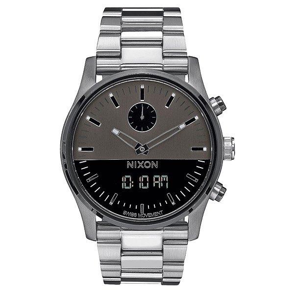 Кварцевые часы Nixon Duo GunmetalСинхронизированный дизайн Ana-Digi с цифровой функцией в классическом исполнении.Технические характеристики: Швейцарский аналоговый и цифровой механизм с синхронными функциями.Время суток, двойное время, будильник, хронограф, дата (день, месяц, год).Возможно включить/отключить цифровой дисплей или установить для отображения следующие функции: часовой пояс, день/дата.Двухслойный циферблат.Люминесцентные метки на циферблате.EL подсветка.Цифровой дисплей с  LCD подсветкой.Прочный корпус из нержавеющей стали.Безель из нержавеющей стали.Закаленное минеральное стекло.Заводная головка и кнопки из нержавеющей стали.Задняя крышка из нержавеющей стали.Браслет из нержавеющей стали.Двойная застежка из нержавеющей стали с микро регулировкой.<br><br>Цвет: серый<br>Тип: Кварцевые часы<br>Возраст: Взрослый<br>Пол: Мужской