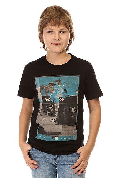 Футболка детская DC Kaliscab Ss By Tees BlackОднотонная детская футболка с  ярким динамичным принтом от DC.Технические характеристики: Мягкая на ощупь ткань.Классический фасон.Короткие рукава.Динамичный принт на груди.<br><br>Цвет: черный<br>Тип: Футболка<br>Возраст: Детский