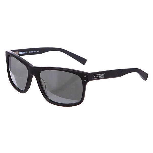 Очки Nike Optics Mdl 80 P Black/Crystal Clear/ Grey PolarizedНовый класс винтажных очков от Nike. Классические очки в спортивной форме в сочетании с многослойной окраской показывают истинную подлинность солнцезащитных очков.Технические характеристики: Винтажный стиль.Многослойная окраска.Оправа и линзы из ацетата.Ручная работа.100% защиты от УФ-лучей (UVA, UVB и UVC).Логотип Nike.Ширина оправы 14 см, длина дужки 14 см, ширина линзы 5,8 см, высота линзы 4,2 см.<br><br>Цвет: черный,белый<br>Тип: Очки<br>Возраст: Взрослый<br>Пол: Мужской