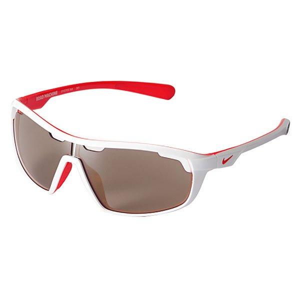 Очки Nike Optics Road Machine E White/Total Crimson Max Speed Tint LensДинамичные солнцезащитные очки в легкой спортивной оправе с линзами Nike Max Optics.Технические характеристики: Легкий нейлоновый каркас для комфорта и долговечности.Вентилируемые линзы.Петли Cam-action.100% защиты от УФ-лучей.Мягкие носовые упоры и дужки.Технология Nike Max Optics - это передовое высокоточное оптическое решение для спортсменов. В сочетании с фотохромной технологией Transitions эти линзы способны адаптироваться к различным условиям спортивной деятельности и к изменениям освещения. Идеальные линзы для самых высоких спортивных результатов.Логотип Nike.Ширина оправы 14,5 см, длина дужки 12,5 см, высота линзы 4 см.<br><br>Цвет: белый<br>Тип: Очки<br>Возраст: Взрослый<br>Пол: Мужской