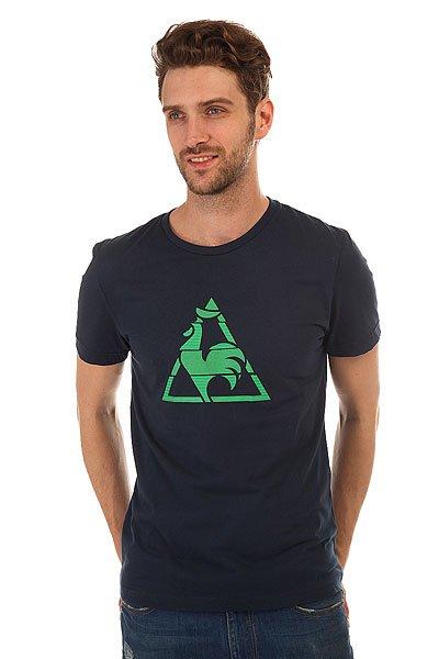 Футболка Le Coq Sportif Chronic Tee Dress BluesСтильная мужская футболка Le Coq Sportif выполнена из хлопкового трикотажа – то, что вы искали для летнего гардероба.Характеристики:Модель прямого кроя. Круглый вырез.Короткий рукав. Принт на груди.<br><br>Цвет: синий<br>Тип: Футболка<br>Возраст: Взрослый<br>Пол: Мужской