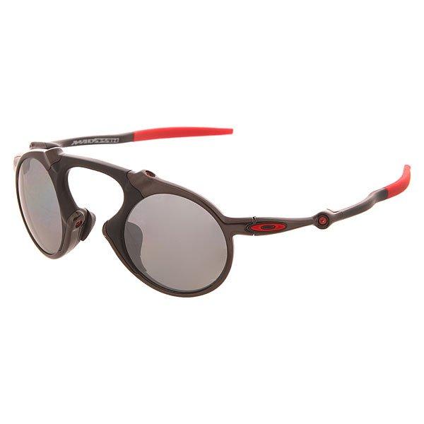 Очки Oakley Madman Dark Carbon/Black Iridium PolarizedОчки Oakley Madman полностью оправдывают свое название и родились из беспрестанного стремления компании Oakleyк все большему совершенству технологий и форм.Футуристический незабываемый дизайн и максимальное удобство, эти очки созданы для людей не боящихся выделиться и готовых иметь свой неповторимый стиль, отдавая при этом предпочтение функционалу и передовым технологиям. Легкая и стильная оправа, изготовленная из алюминиевого сплава в сочетании с прочным полимером O Matter, дополненная мягкими резиновыми накладками Unobtainium,обеспечивает четкую посадку и удержание очков даже во время активных движений. Oakley Madman входят в коллекцию X Metal, чтоозначает использование технологии HDO (High Definition Optics), которая обеспечивает максимальную четкость при любом угле обзора, отсутствие бликов, яркие чистые цвета и, как следствие, отсутствие перенапряжения глаз в течении всего дня.Характеристики:Технология Prizm: революционная технология в области оптики, позволяющая максимально оптимизировать светопропускание, получив в результате наилучший контраст и видимость. ТехнологияHigh Definition Optics (HDO): запатентованная технология, отвечающая за визуальную четкость на всех углах обзора, что предотвращает перенапряжение глаз. Технология OakleyHDPolarized: улучшенная безопасность и максимальный комфорт. Благодаря этой технологии линзы способны отфильтровывать 99% отраженного света без бликов и искажений. Коллекция X Metal. Резиновые накладки на оправеUnobtainium для идеальной посадки, гибкий каучук предотвращает скольжение, кожа под ним не потеет.Эргономичная форма оправыThree-Point Fit позволяет четко держаться очкам без каких-либо дополнительных креплений. Материал оправы: сплав алюминия и прочного полимера O Matter.<br><br>Цвет: черный,красный<br>Тип: Очки<br>Возраст: Взрослый<br>Пол: Мужской