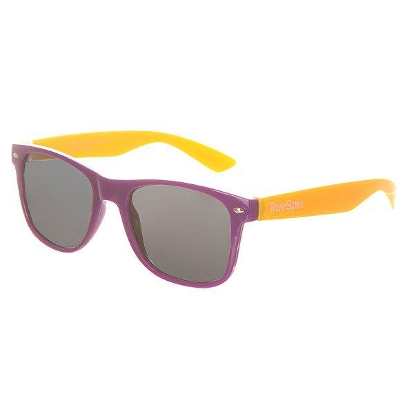 Очки TrueSpin Classic Purple/YellowСолнцезащитные очки от немецкого бренда TrueSpin, имеющие классическую wayfarer-оправу и зеркальные, цветные линзы. Характеристики:На дужках разместился белый логотип бренда. Оправа из пластика. Линзы из пластика. Металлические петли. Чехол в комплекте.<br><br>Цвет: фиолетовый,желтый<br>Тип: Очки<br>Возраст: Взрослый<br>Пол: Мужской