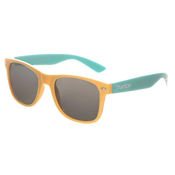 Очки TrueSpin Classic Beige/BlueСолнцезащитные очки от немецкого бренда TrueSpin, имеющие классическую wayfarer-оправу и зеркальные, цветные линзы. Характеристики:На дужках разместился белый логотип бренда. Оправа из пластика. Линзы из пластика. Металлические петли. Чехол в комплекте.<br><br>Цвет: бежевый,синий<br>Тип: Очки<br>Возраст: Взрослый<br>Пол: Мужской