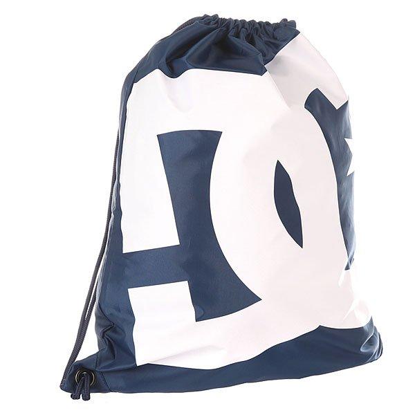 Мешок DC Simpski Varsity BlueБыстро, просто и удобно! Лаконичная сумка-мешок на шнурках, снабженная внутренним карманом на молнии – незаменимая вещь для тех, кто не любит носить большие полупустые рюкзаки. Характеристики:На шнурках. Крупный логотип на фронтальной стороне. Внутренний карман на молнии.<br><br>Цвет: синий,белый<br>Тип: Мешок<br>Возраст: Взрослый