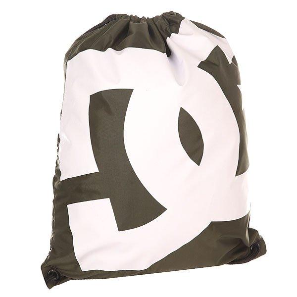 Мешок DC Simpski Dark OliveБыстро, просто и удобно! Лаконичная сумка-мешок на шнурках, снабженная внутренним карманом на молнии – незаменимая вещь для тех, кто не любит носить большие полупустые рюкзаки. Характеристики:На шнурках. Крупный логотип на фронтальной стороне. Внутренний карман на молнии. Состав: 100% полиэстер.<br><br>Цвет: зеленый<br>Тип: Мешок<br>Возраст: Взрослый<br>Пол: Мужской