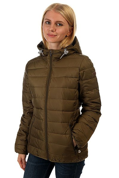 Куртка зимняя женская Roxy Foreverfreely Military OliveКогда объединяются два культовых бренда – известные любители нарушить парочку правил – искры летят во все стороны! Опираясь на эстетику так называемых «модов» 1960-х, Courr?ges и ROXY создали коллекцию, вдыхающую новую жизнь в традиционную зимнюю экипировку. В ней минимализм и строгая цветовая палитра сочетаются с первоклассными материалами и высокими технологиями – и дотошным отношением к каждой мелочи! В 1961 году французский дизайнер Андре Курреж основал свой собственный дом мод, однако у него получилось не просто открыть новую торговую марку, но и запустить целое молодежное культурное движение. Его музами были современная архитектура, технология, необычные ткани и футуризм, и он создал стиль, повлиявший на многих модельеров XX века. Именно ему принадлежит идея юбки-мини!Стиль и спорт, задавать тенденции и нарушать правила: это ROXY x Courr?ges.Характеристики:Стеганый дизайн + капюшон. На полосатой утяжке. Удобная бесшумная молния. Водоотталкивающая пропитка.<br><br>Цвет: зеленый<br>Тип: Куртка зимняя<br>Возраст: Взрослый<br>Пол: Женский