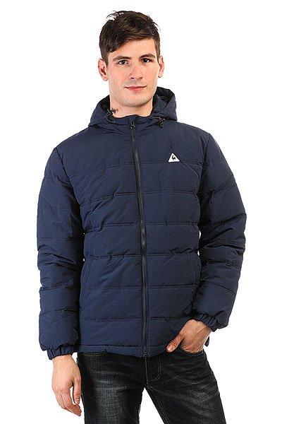 Куртка зимняя Le Coq Sportif Bavone Dress BluesКуртка Bavone из плотной нейлоновой ткани - теплая защита предстоящей зимой.Технические характеристики: Плотная нейлоновая ткань.Подкладка - полиэстер.Стеганый дизайн.Фиксированный капюшон на утяжке.Эластичные манжеты и подол на утяжке для защиты от ветра.Боковые карманы для рук.Дополнительный внутренний карман.Традиционный логотип Le Coq Sportif на груди.<br><br>Цвет: синий<br>Тип: Куртка зимняя<br>Возраст: Взрослый<br>Пол: Мужской