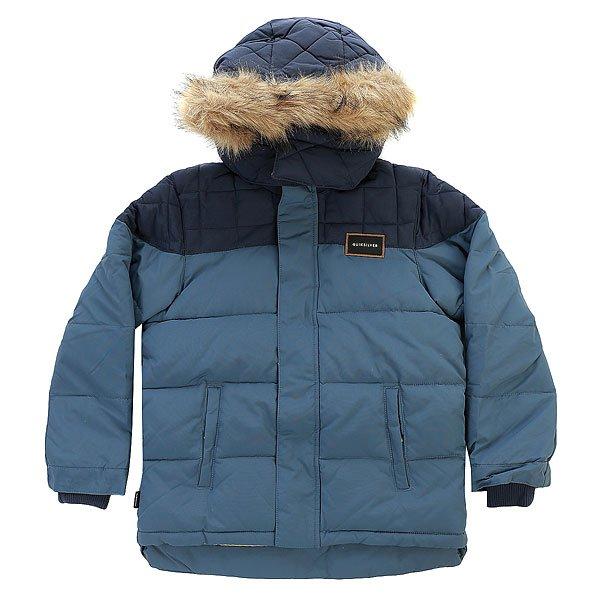 Куртка зимняя детская Quiksilver Redbudquiltyth Dark DenimВдохновленная одеждой для суровых горных походов, куртка Quiksilver Redbudquiltyth поможет в достатке сохранить ценное тепло даже при самых низких температурах. Приятная подкладка в сочетании с серьезным и проверенным утеплителем3m® Thinsulate® позволит забыть о холоде, а съемная опушка капюшона и дополнительные трикотажные манжеты защитят от ветра, добавляя такого необходимого в мороз комфорта.Характеристики:Утеплитель3m® Thinsulate® (240 г, 180 г рукава, 140 г капюшон). Мягкая приятная подкладка. Съемный регулируемый капюшон.Швы проклеены в стратегических местах. Съемная опушка капюшона из искусственного меха. Вертикальный нагрудный карман на молнии. Два кармана на рук с клапаном. Карман с клапаном на рукаве. Нашивка с фирменным логотипом на рукаве и на кармане. Внутренние трикотажные манжеты.<br><br>Цвет: синий<br>Тип: Куртка зимняя<br>Возраст: Детский