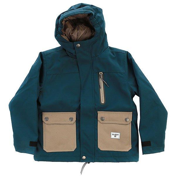 Куртка детская Billabong Alves Deep SeaЛаконичный силуэт и дизайн в стиле колорблок - куртка Billabong Alves готова стать универсальной одеждой, в которой одинаково удобно совершать прогулки по городу и покорять новые споты в самую снежную погоду. Эластичные манжеты добавят уюта, а удобные карманы позволят захватить с собой все самое необходимое. Благодаря DWR пропитке куртка будет оставаться сухой даже если выпавший снег решит тут же растаять под палящим солнцем.Характеристики:Влагостойкая пропитка DWR 600 мм. Вертикальный нагрудный карман на молнии. Нагрудный карман с клапаном.Два кармана для рук с клапаном. Застежка на молнии с планкой защиты от ветра.Эластичные манжеты. Капюшон с козырьком. Фирменный логотип на груди.<br><br>Цвет: синий<br>Тип: Куртка<br>Возраст: Детский