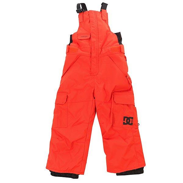 Комбинезон сноубордический детский DC Daredevil Toddl Cherry TomatoСноубордические штаны для мальчика Daredevil с нагрудной панелью и регулируемыми подтяжками окружат ребенка теплом и комфортом даже в самую холодную погоду. Штаны имеют плотный слой утеплителя (120г) и проклеенные основные швы, а сверху защищены от влаги водонепроницаемой мембраной Exotex.Технические характеристики: Мембрана EXOTEX 10.Технологичный текстиль кареточного плетения.Теплая и уютная подкладка из тафты.Утеплитель 120 г.Критические швы проклеены.Эластичные подтяжки с регулировкой длины.Противоснежный пояс.Эргономичный крой с акцентированной областью колена.Гетры для сноубордического ботинка с водоотталкивающей пропиткой DWR.Карманы с утепленной подкладкой на молнии.Карманы-карго с защитным клапаном на липучке Velcro.Система утяжки краев штанин для предотвращения их износа и загрязнения.<br><br>Цвет: оранжевый<br>Тип: Комбинезон сноубордический<br>Возраст: Детский