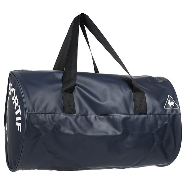 Сумка спортивная Le Coq Sportif Oling Barrel Bag Dress Blues/BlackСпортивная сумка от Le Coq Sportif выполнена из искусственного материала с полимерным покрытием под кожу. Характеристики:Модель декорирована надписями. Застежка на молнию. Одно отделение. Текстильная подкладка. Лямки для переноски в руках.<br><br>Цвет: синий<br>Тип: Сумка спортивная<br>Возраст: Взрослый<br>Пол: Мужской
