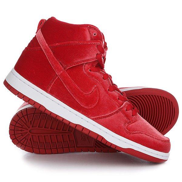 Кеды кроссовки высокие Nike Dunk High Premium Sb Gym RedМужская обувь для скейтбординга Nike SB Dunk High Premium Red Velvet с верхом из блестящего красного вельвета обеспечивает адаптивную амортизацию и надежное сцепление классических SB Dunk.Технические характеристики: Прочный текстильный верх обеспечивает воздухопроницаемость, сохраняя стильный классический обтекаемый профиль.Мягкий воротник и язычок для комфортной посадки.Силуэт с высоким верхом для дополнительной поддержки голеностопа.Полноразмерная подошва из пеноматериала и вставка Nike Zoom Air в области пятки обеспечивают уверенное сцепление с доской и надежную защиту от ударных нагрузок при жестком приземлении.Гибкая резиновая подошва с осевой точкой Pivot в передней части стопы усиливает сцепление во время резкой смены направления движения.<br><br>Цвет: красный<br>Тип: Кеды высокие<br>Возраст: Взрослый<br>Пол: Мужской