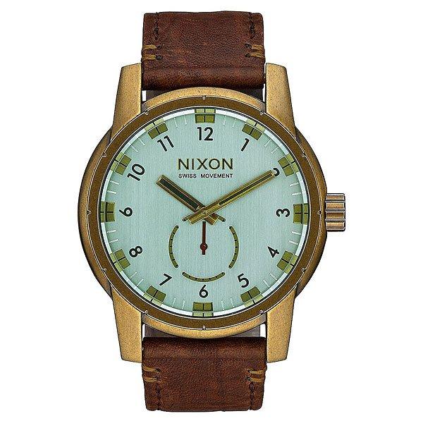 Кварцевые часы Nixon Patriot Leather Brass/Green Crystal/BrownВнушительный внешний вид с четким циферблатом. Эти часы обладают решительным дизайном, внушающим доверие и снабжены долговечным швейцарским кварцевым механизмом. Дополнительный 60-секундный циферблат с контрастной стрелкой гармонично разбавляет классический дизайн, добавляя ему динамики.Характеристики:Швейцарский кварцевый механизм. 3 стрелки. Дополнительный 60-секундный циферблат напротив 6-часового деления.Функции: часы, минуты и секунды. Материал: прочная нержавеющая сталь.Задняя крышка из нержавеющей стали (на винтах). Закалённое минеральное стекло с антибликовым покрытием. Водонепроницаемость: 200 метров / 20 АТМ.Тройное уплотнение головки.Кожаный браслет. Двойная застежка с микрорегулировкой.<br><br>Тип: Кварцевые часы<br>Возраст: Взрослый<br>Пол: Мужской