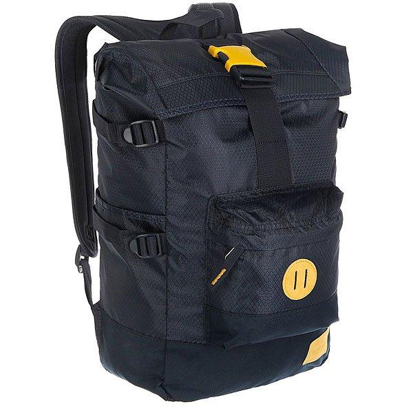Рюкзак туристический Nixon Swamis Backpack NavyРюкзак, который одинаково хорошо подойдёт как для передвижения по городу, так и для поездки или даже похода. В его боковых карманах удобно хранить бутылку с водой или, например, фонарик. Закрывающий верхний клапан позволяет прицепить к рюкзаку дополнительное снаряжение. Характеристики:Ручка для переноски.Боковые стяжки для регулировки объема рюкзака. Внутренний карман для ноутбука. Внешний карман на молнии. Мягкие регулируемые лямки с сетчатыми вставками.  «Пятачок» для закрепления аксессуаров на передней стороне рюкзака.Состав: основная часть – 600D полиэстер, подкладка 200D нейлон.<br><br>Цвет: синий<br>Тип: Рюкзак туристический<br>Возраст: Взрослый