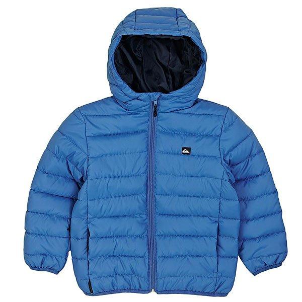 Куртка зимняя детская Quiksilver Scaly Boy K Jckt Star SapphireТонкая и узкая куртка, которую можно носить саму по себе или в качестве подкладки под еще одну куртку. При этом она обработана водонепроницаемой пропиткой DWR, а эластичные манжеты служат дополнительным барьером, который холоду и влаге преодолеть будет непросто.Технические характеристики: Узкий крой.Стеганый дизайн.Утеплитель из синтетического пуха.Полиуретановая пропитка.Фиксированный капюшон.Манжеты и подол с эластичной отделкой.Скрытые карманы для рук на молнии.Застежка на молнии по всей длине.Логотип Quiksilver.<br><br>Цвет: синий<br>Тип: Куртка зимняя<br>Возраст: Детский