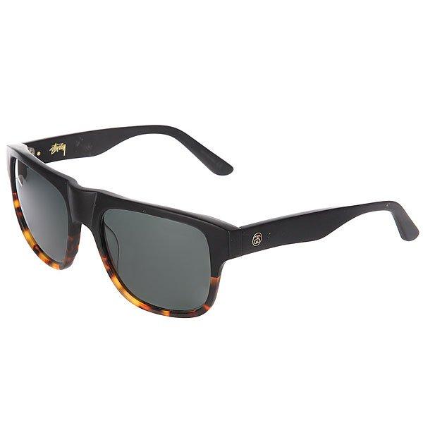 Очки Stussy Santana Matte Black/Tortoise FadeСолнцезащитные очки калифорнийского бренда Stussy, вдохновлённые классической «Flat-top» формой. Традиционный дизайн, плавные и удобные дужки с надежным механизмом. Характеристики:Минеральное стекло с 100% UV защитой и AR-покрытием с внутренней стороны. Очки представлены в приятной расцветке, украшенной золотистым логотипом на внутренней стороне и металлической накладкой с инициалами основателя марки - Шона Стюсси. Качественный пластик. Минеральное стекло 100%.UV защита AR-покрытие. Традиционная форма «Flat Top». Надёжный механизм на дужках. Золотистый логотип на внутренней стороне. Металлическая накладка с инициалами Шона Стюсси.<br><br>Цвет: черный,коричневый<br>Тип: Очки<br>Возраст: Взрослый<br>Пол: Мужской