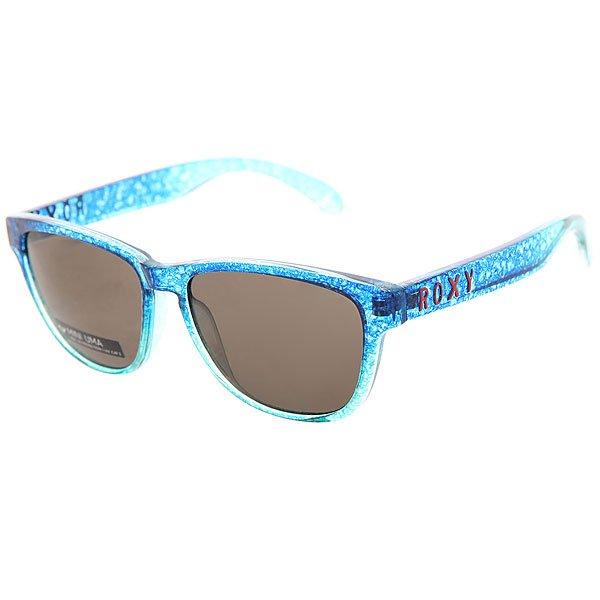 Очки детские Roxy Mini Uma Crystal Blue SplatteЯркие, легкие очки в квадратной оправе из очень прочного материала Grilamid.Технические характеристики: Материал оправы Grilamid.Прочные линзы из поликарбоната.Покрытие против царапин в 5 слоев.100% защита от солнечных лучей.Линза 3 категории защиты для превосходной фильтрации в очень солнечную погоду.Футляр в комплекте.<br><br>Цвет: голубой<br>Тип: Очки<br>Возраст: Детский