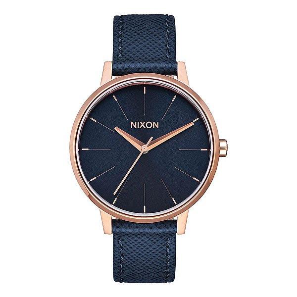 Кварцевые часы женские Nixon Kensington Leather Navy/Rose GoldИдеально круглый, увеличенный циферблат, тонкий браслет и классический силуэт делает эти часы супер элегантными. Немаленькая, но невероятно изящная модель создана специально для девушек, которые привыкли выглядеть стильными в любом месте и в любое время. Характеристики:Механизм:Японский кварцевый механизм.Точность хода 1/20. Функции: часы, минуты и секунды.Корпус:нержавеющая сталь. Закаленное минеральное стекло.Водонепроницаемость 50 м (5 атмосфер). Браслет: кожа.<br><br>Цвет: синий<br>Тип: Кварцевые часы<br>Возраст: Взрослый<br>Пол: Женский