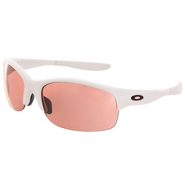 Очки Oakley Commit Sq Plshd Wht W/G30 Black IridiumЭти спортивные солнцезащитные очки были разработаны специально и исключительно для того, чтобы подчеркнуть ваш стиль. Стиль, комфортность и удобство, вот то главное, что отличает эту модель. Характеристики:Технология XYZ OPTICS® позволяет соблюдать оптическую корректность по горизонтали, вертикали и в глубину.Линза с напылением Iridium® повышает контрастность и рассеивает блики.Непревзойденная ясность и точность изображения благодаря патентованной инновационной технологии High Definition Optics® (HDO®), подстроенной под новую архитектуру оправы, устраняющую давление на линзу. Сменные линзы для разных погодных условий. Защита от ультрафиолета с помощью линзы из Плутонита (Plutonite®) – материала, который на 100% отфильтровывает ультрафиолет А, B и C, а также вредный синий свет до 400 нм. Улучшенный периферический обзор и боковая защита с 8.75 базой линзы.Покрытие HYDROPHOBIC™/OLEOPHOBIC – патентованная защита Oakley от смазывания изображения, которое отталкивает воду, масла и пыль. Стрессопоглощающий материал оправы O Matter®, легкий и долговечный. Патентованные впитывающие влагу заушники и дужки UNOBTAINIUM®, которые обеспечивают более плотное прилегание очков.Металлические логотипы.<br><br>Цвет: белый<br>Тип: Очки<br>Возраст: Взрослый<br>Пол: Мужской