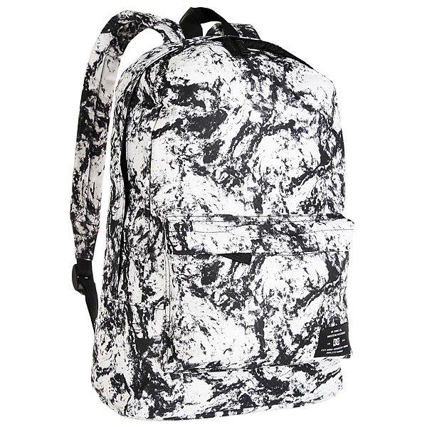 Рюкзак городской DC Bunker Print Lily White Storm PrintКомпактный городской рюкзак с отсеком для ноутбука не обременит Вас множеством отсеков и кармашков, предоставляя единое вместительное пространство для самых необходимых вещей и небольшой внешний карман для мелочей. Классический силуэт, универсальный дизайн и стильная графика позволят DC Bunker стать отличным дополнением к городскому луку.Характеристики:Ручка для переноски. Мягкие регулируемые лямки. Внешний карман на молнии со встроенным органайзером. Отсек для ноутбука. Единый основной отсек на молнии. Нашивка с фирменным логотипом на внешнем кармане.<br><br>Цвет: черный,белый<br>Тип: Рюкзак городской<br>Возраст: Взрослый