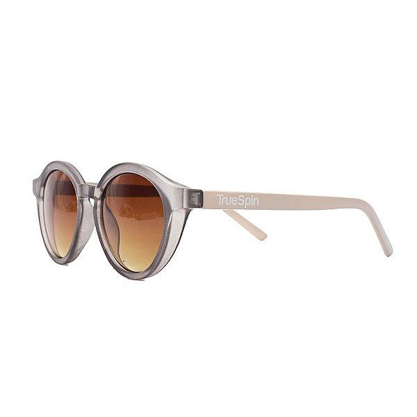 Очки женские TrueSpin Eve Trans GreyСолнцезащитные очки TrueSpin в круглой оправе из прочного пластика в однотонном дизайне с логотипом бренда на дужках.Технические характеристики: Круглая оправа.Надёжный механизм.Линзы с защитой от ультрафиолета UV400.Материал - пластик.Длина дужки - 14 см, ширина оправы - 14 см, высота линзы - 5 см.<br><br>Цвет: серый<br>Тип: Очки<br>Возраст: Взрослый<br>Пол: Женский