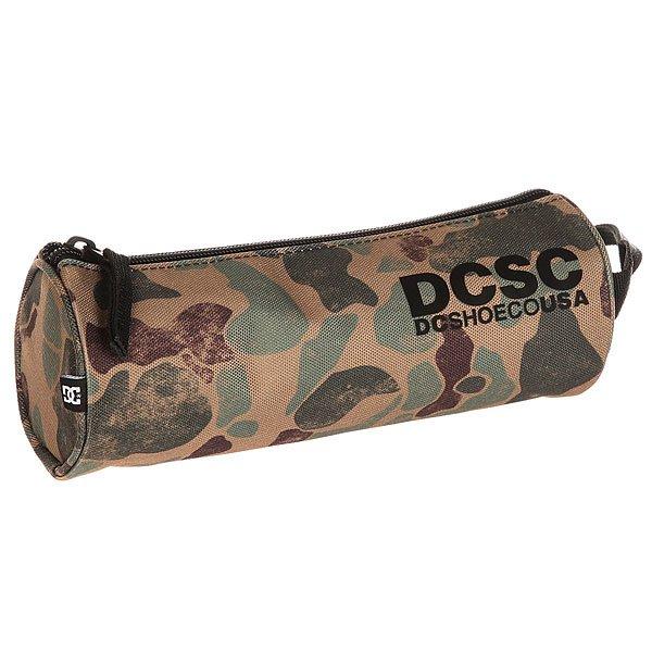 Пенал DC Tank 3 Duck CamoКомпактный пенал с удобной ручкой для различных мелочей на каждый день.Технические характеристики: Брендинг DCSHOECOUSA.Прочный плетеный полиэстер.Одно отделение на молнии.Удобная ручка на запястье.<br><br>Цвет: зеленый,коричневый,черный<br>Тип: Пенал<br>Возраст: Взрослый<br>Пол: Мужской