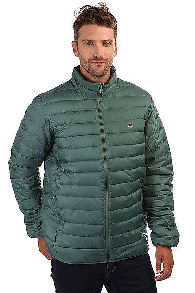 Куртка Quiksilver Scalyfullzip Silver PineВлагонепроницаемая и теплая куртка Quiksilver Scalyfullzip станет незаменимой вещью в вашем гардеробе.  Не промокнет в дождь? Отлично. Компактная и не сковывает движений? Превосходно. Единственное, о чем вам придется беспокоиться, так это о том, чтобы кто-нибудь у вас ее не увел из гардеробной: уж больно хороша! Стеганый наполнитель из синтетического пуха обеспечит вас необходимым теплом, а эластичные манжеты и подол гарантируют защиту от холодного воздуха. Характеристики:Два боковых кармана на молнии. Классический воротник-стойка. Манжеты и подол с эластичной отделкой.Горизонтальный стеганый рисунок. Наполнитель из синтетического пуха.Боковые панели. Полиуретановая пропитка. Утяжки круглой формы. Ярлык с логотипом у шва. Термонаклейка с логотипом на груди. Водоотталкивающая пропитка.<br><br>Цвет: Светло-зеленый<br>Тип: Куртка<br>Возраст: Взрослый<br>Пол: Мужской