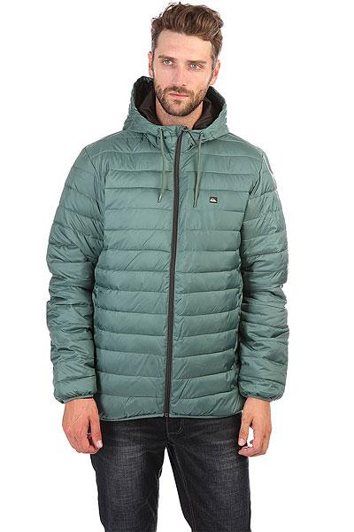 Пуховик Quiksilver Everydayscaly Silver PineУтепленная мужская куртка Everyday Scaly с синтетическим пухом.Технические характеристики: Мягкая синтетика.Утеплитель из синтетического пуха.Два боковых кармана на молнии.Эластичные манжеты и подол.Стеганый дизайн.Логотип Quiksilver на груди нанесен по технологии термопечати.<br><br>Цвет: Светло-зеленый<br>Тип: Пуховик<br>Возраст: Взрослый<br>Пол: Мужской
