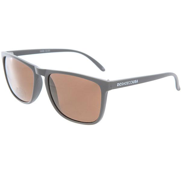 Очки DC Shades Dark OliveМужские солнцезащитные очки в классической квадратной оправе от DC Shoes.Технические характеристики: Прочные линзы из поликарбоната.100% защита от ультрафиолетовых лучей.Линза 3 категории защиты.Оправа из поликарбоната.Контрастный логотип DC на дужке.<br><br>Цвет: серый<br>Тип: Очки<br>Возраст: Взрослый<br>Пол: Мужской