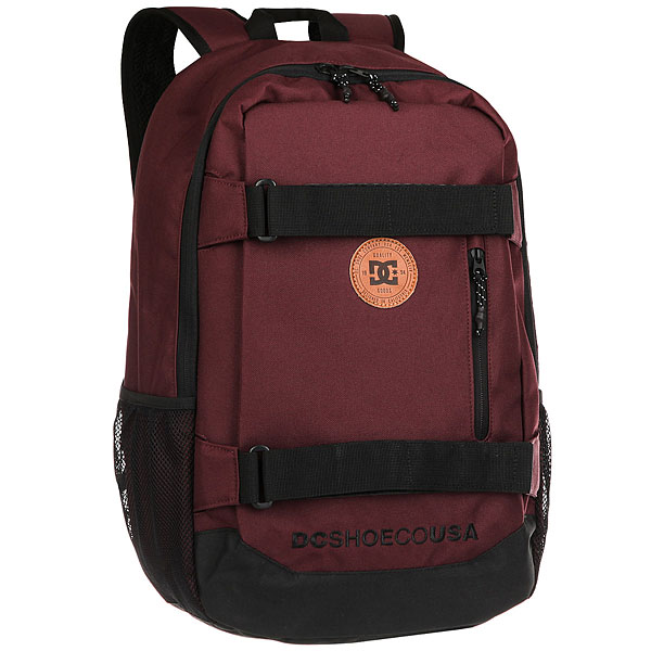Рюкзак спортивный DC Clocked Port RoyaleФункциональный городской рюкзак с мягким отделением для ноутбука и системой крепления скейтборда. Для тех, кто ни на минуту не хочет расставаться со своей любимой доской. Просторное основное отделение дополнено внутренним огранайзером и внешним карманом на молнии, а эргономичные лямки легко регулируются по длине для максимального удобства использования.Характеристики:Просторное основное отделение на молнии. Плетеные лямки для крепления скейтборда. Внутренний органайзер.Внутреннее отделение для ноутбука (с диагональю до 15 дюймов) с набивными стенками. Набивные заплечные лямки с регулируемой длиной. С ярлыком из натуральной лицевой кожи. Внешний карман на молнии.<br><br>Цвет: бордовый<br>Тип: Рюкзак спортивный<br>Возраст: Взрослый