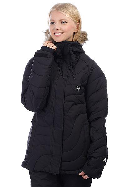 Куртка утепленная женская Billabong Soffya BlackТрадиционный уличный стиль и современные технологичные решения крайне удачно сплелись в катальной куртке BILLABONG SOFFYA. Дышащая мембранная ткань в сочетании с снегозащитной юбкой и меховой кромкой капюшона создает надежный защитный барьер от талого снега и ветра. Функциональные карманы обеспечат быстрый доступ к самым необходимым на склоне вещам, а отличная посадка обеспечит правильный катальный внешний вид. Характеристики:Материал:2L Light Ripstop.Мембранная дышащая ткань с показателем 10000мм / 10000 г/м2.Синтетический утеплитель. Подкладка: тафта. Швы проклеены в стратегических местах. Регулируемый в двух направлениях капюшон. Приталенный удлиненный крой. Внутренний карман на молнии. Внутренний сетчатый карман для маски. Утягивающийся подол. Фиксированная снегозащитная юбка. Два кармана для рук на молнии. Регулируемые на липучке манжеты. Микрофлисовая отделка внутренней части воротника. Карман на молнии для ски-пасса на рукаве. Нашивка с фирменным логотипом на рукаве.<br><br>Цвет: черный<br>Тип: Куртка утепленная<br>Возраст: Взрослый<br>Пол: Женский