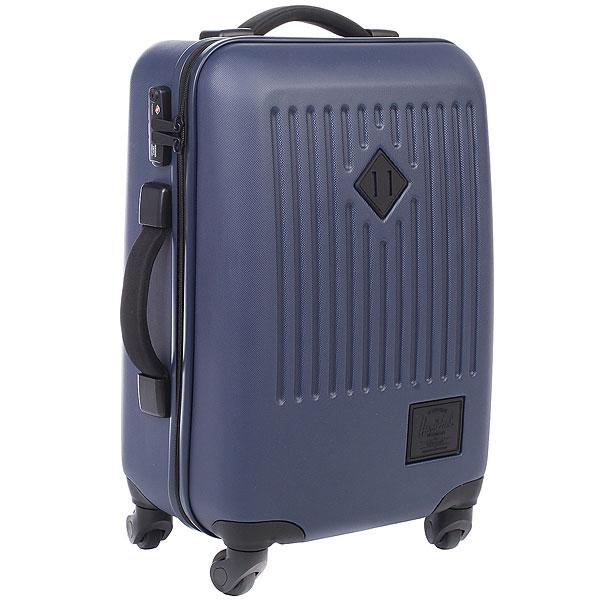 Сумка дорожная Herschel Trade Small NavyЧетырехколесный чемодан Trade Small представляет собой высокий уровень качества и долговечности. Наделенжестким корпусом и подходит для коротких поездок. Функциональные сетчатые перегородки внутри чемодана и жесткая пластиковая оболочка сохранит вещи в полном порядке. Колеса с поворотом на 360 градусов и выдвижная ручка позволяют катить чемодан в вертикальном положении и легко маневрировать.Характеристики:Корпус из прочного, легкого, износостойкого поликарбоната. Эксклюзивная черно-белая подкладка в полоску.Основное отделение с крестообразными ремнями и отделением с эластичной сеткой. Двусторонняя молния для открытия основного отделения с бегунками из кожи.Регулируемая телескопическая ручка. Ручки для переноски с неопреновой подкладкой. Колеса вращаются на 360 градусов. Высококачественные закрытые колеса из полиуретана. Прочные молнии с защитой от влаги. Кодовый замок для блокировки бегунков молний. Фирменная фурнитура с тиснением. Фирменный логотип Hershel.<br><br>Цвет: синий<br>Тип: Сумка дорожная<br>Возраст: Взрослый<br>Пол: Мужской